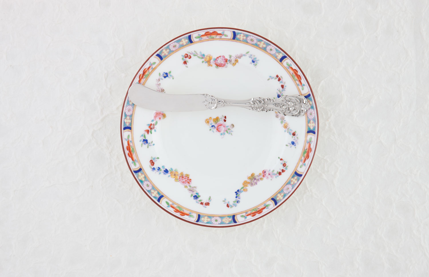 A photo of a bread plate and butter knife