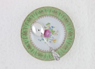 A picture of a plate and a spoon for lessons in etiquette