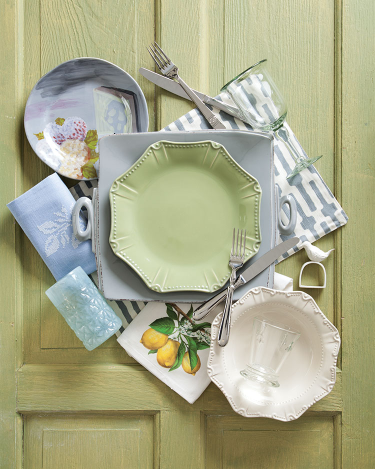 A picture of tableware used for an easy breezy place setting.